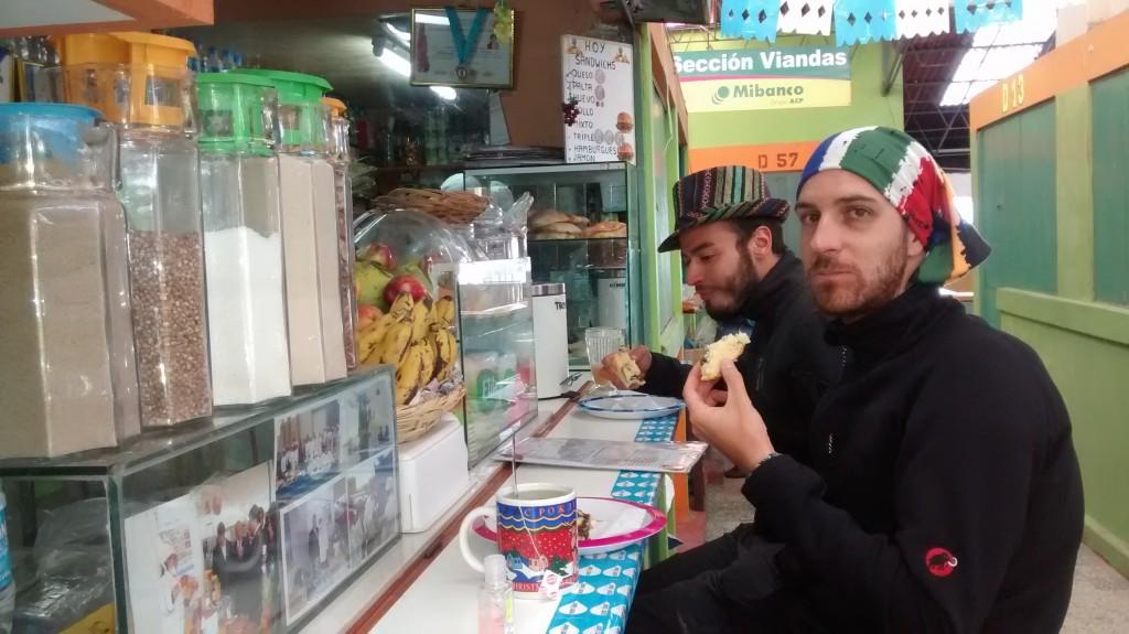 Petit déjeuner au marché de Puno