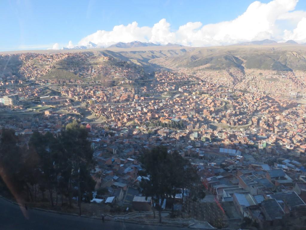 La ville en cuvette et ses sommets enneigés