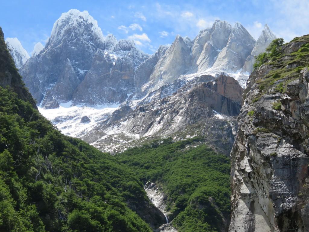 Vue sur les montagnes de l'autre côté du chemin