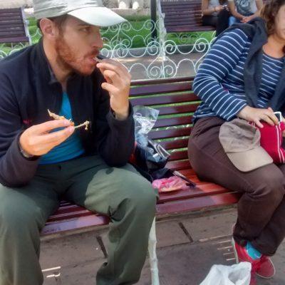 Manger sur un banc